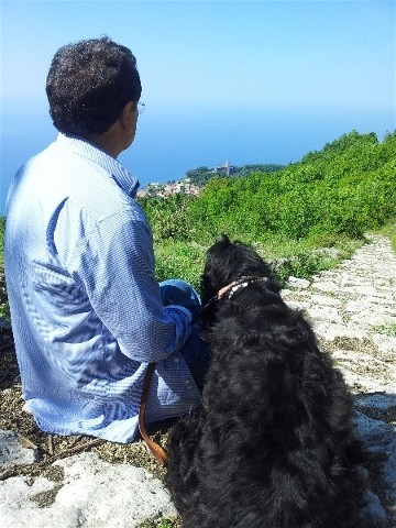 Enzo walks the Valle de Ferriere path above the Amalfi coast with Daisy